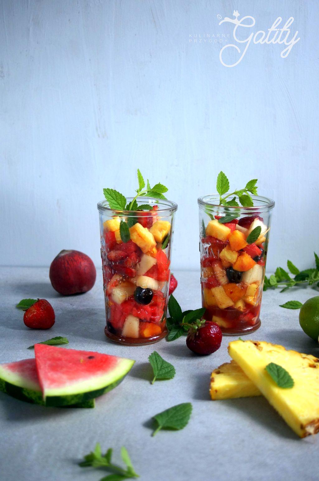 kolorowa-owocowa-salatka-w-szklankach