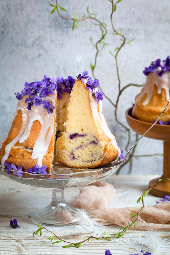 drożdżowa babka fiołkowa z lukrem cytrynowym i świeżymi fiołkami