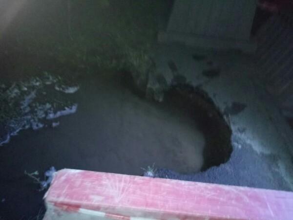 В центре Уфы ребёнок в коляске провалился в яму с водой