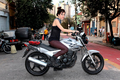 "Na foto: Chris Ubach interpreta Joana, ""a garota da moto"". Crédito: Lourival Ribeiro/SBT"