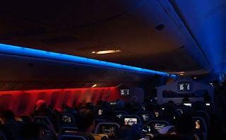لماذا يتم إطفاء او تقليل إلانارة في كابينة المسافرين في الطائرات أثناء الاقلاع والهبوط ؟؟؟