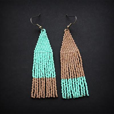 купить асимметричные серьги разного цвета в паре  украшения из бисера
