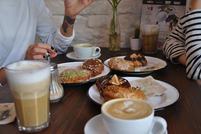 Kaffee gibt es auch im Brammibal's Donuts