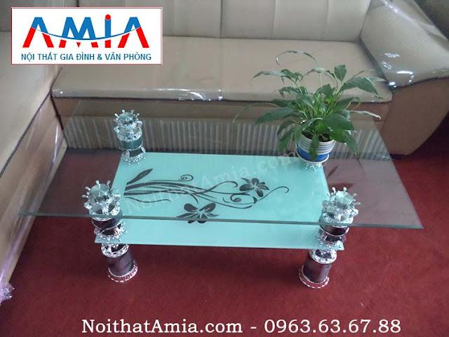 Hình ảnh cho mẫu bàn trà bàn sofa kính cường lực 2 tầng đẹp hiện đại kết hợp cùng mẫu sofa nỉ phòng khách