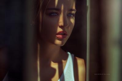 Chica natural mirando por la ventana