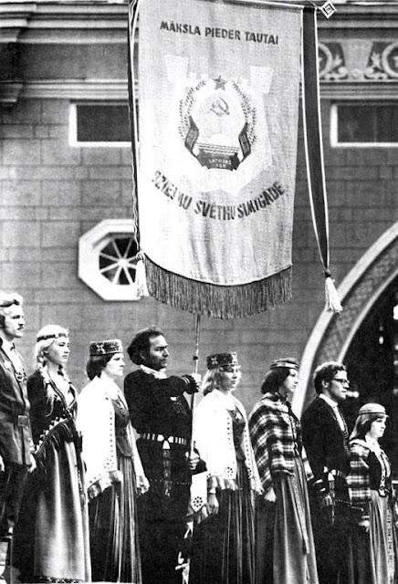 1977 год. Dziesmu svētku simtgades karogs uz lielās svētku estrādes Mežaparkā (Foto: Juris Krieviņš)