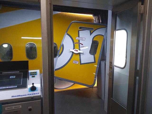 boeing 787 damaged door