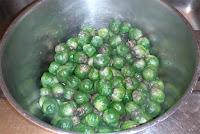Gröna efter kokning och lila kokvatten..
