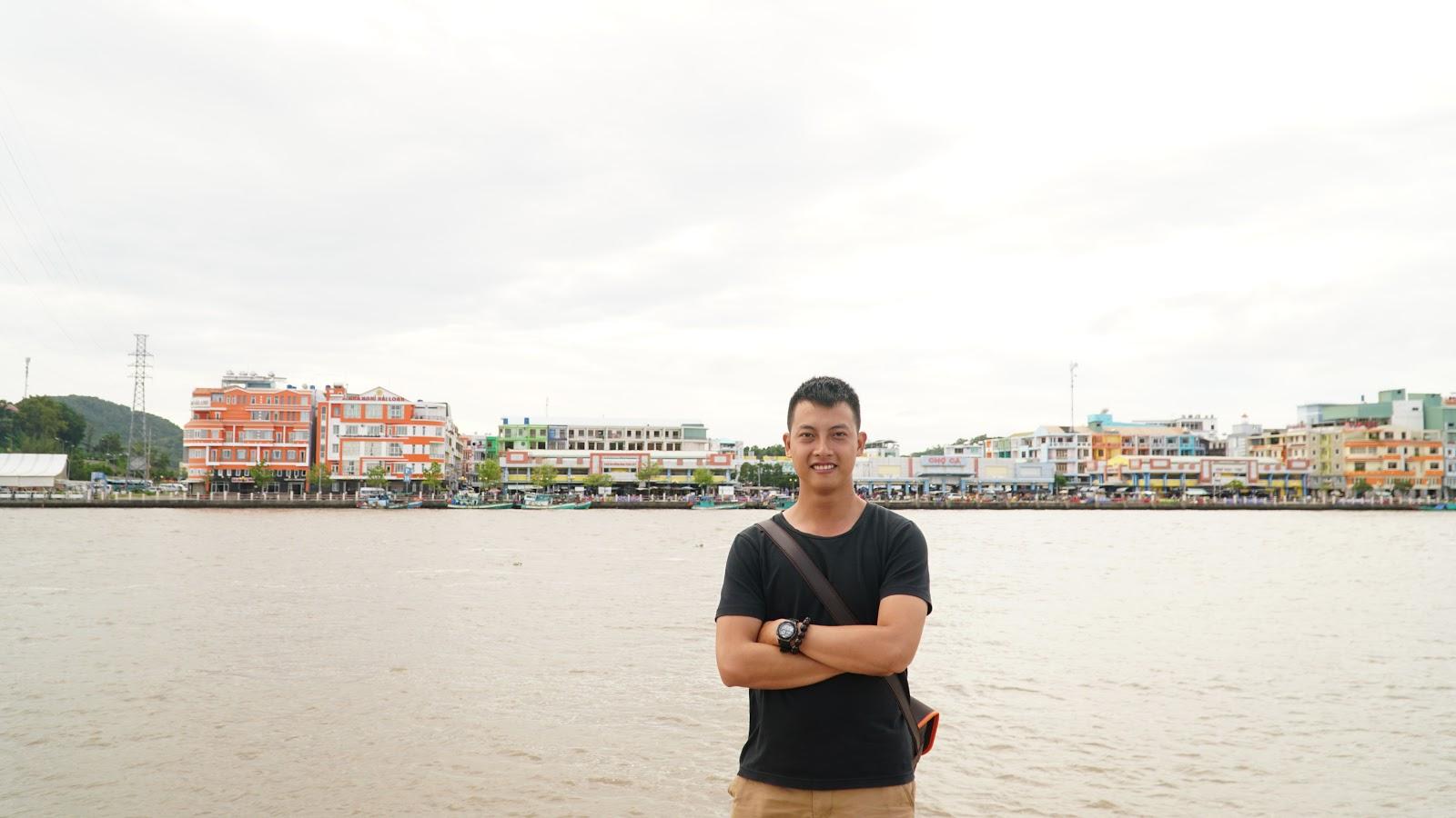 Bên kia bờ là Thành phố Hà Tiên, giáp với Campuchia