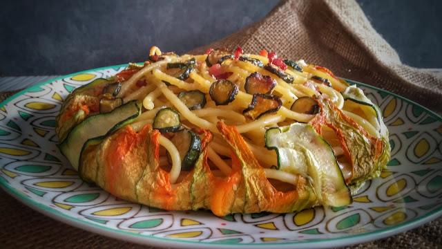 bucatini al forno con zucchine e i loro fiori