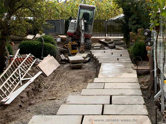 Gartenweg aus Granit in Bahnen verlegt