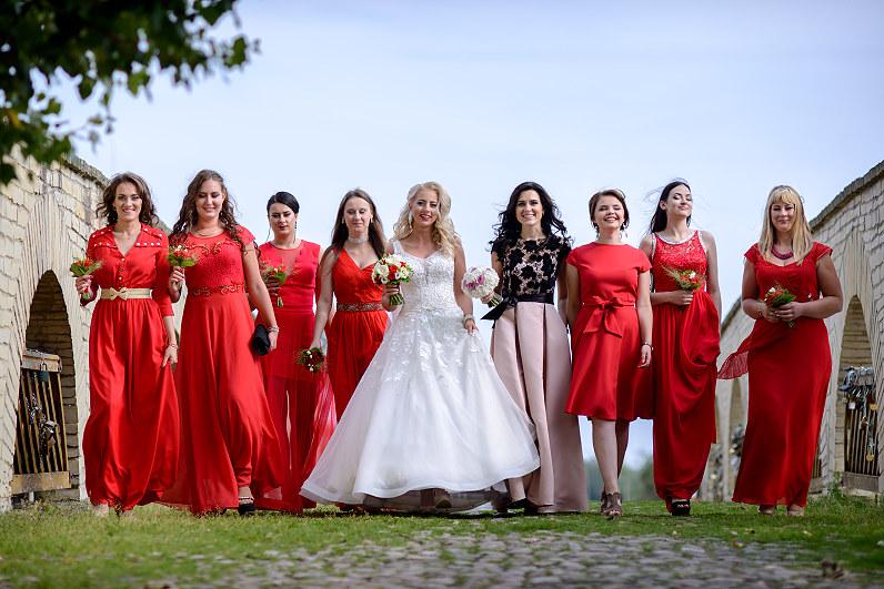 pamergės raudonomis suknelėmis