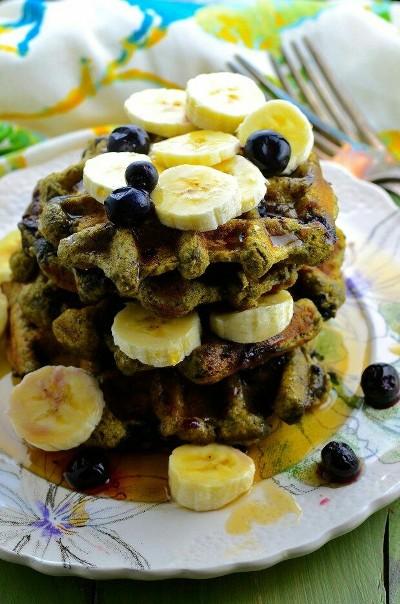 11. Waffle teh hijau dengan blueberry dan pisang