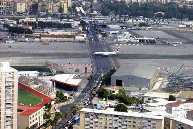 Aeropuerto de Gibraltar atravesado por una carretera