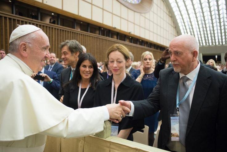 Katy Perry, Orlando Bloom e Peter Gabriel emozionati davanti a Papa Francesco
