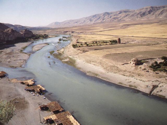 http://4.bp.blogspot.com/-FGEd2oWdtUI/Ufy4_Z6O1iI/AAAAAAAAAKA/fdudu-Lwmwc/s1600/Sungai+Eufrat+Berubah+Menjadi+Emas.jpg