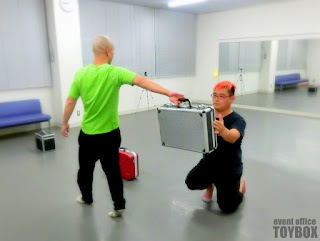 パントマイム教室でトランクのパントマイムを練習している様子