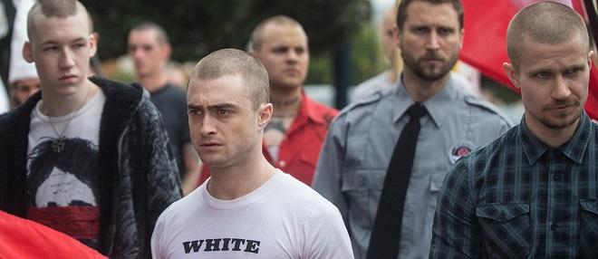 Skinheads um Daniel Radcliffe schauen zwielichtig in die Runde.