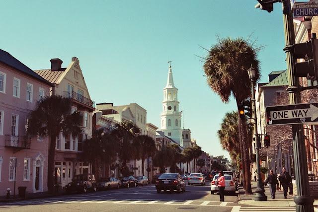 Charleston, USA - Broad St mit typischen Häusern und der St. Michael Church im Hintergrund - Dezember 2006