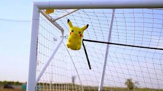 Apa jadinya saat game pokemon go di sandingkan dengan sepakbola? mungkin seperti video berjudul WHEN Pokémon Go MEETS FOOTBALL ini