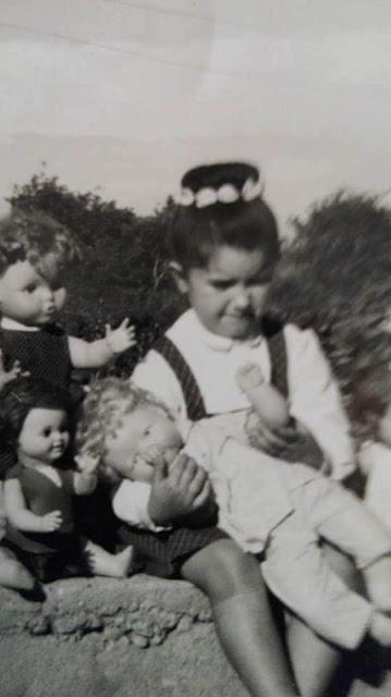 Irene, del bar la plaza de Beceite, algo enfurruñada por haber sido descartada para el anuncio de las muñecas de Famosa.