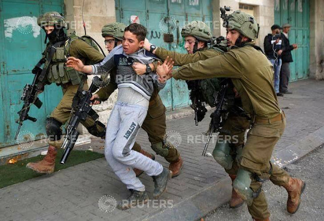 13-year-old #Palestinian child brutally being kidnapped by Israeli Occupiers in Hebron, Occupied West Bank today.
