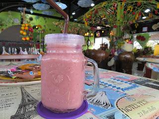 インレー湖のカフェでストロベリージュース