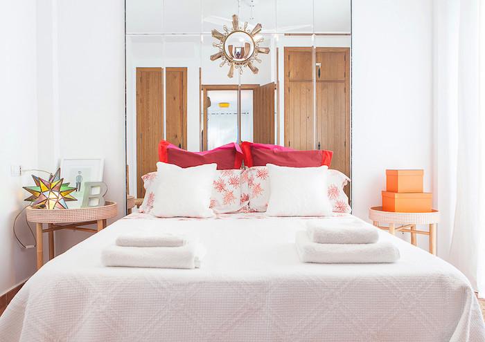 Cabecero de cama decorado con espejos