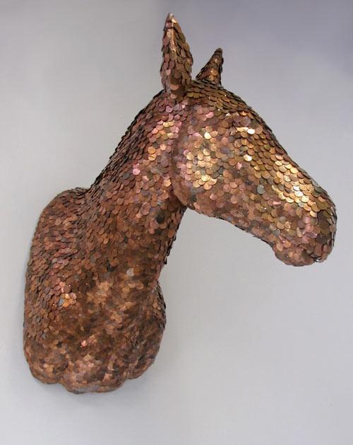 Escultura de caballo con monedas de centavo de dólar