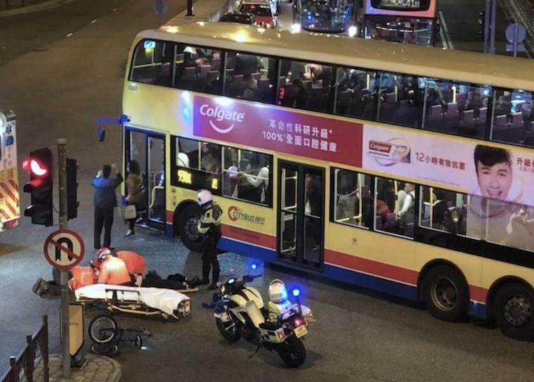 Citybus 930X Tabrak Sepeda di Tsuen Wan ,6 Orang Luka-Luka