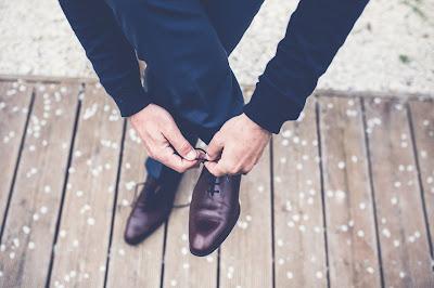 Novios atándose los zapatos