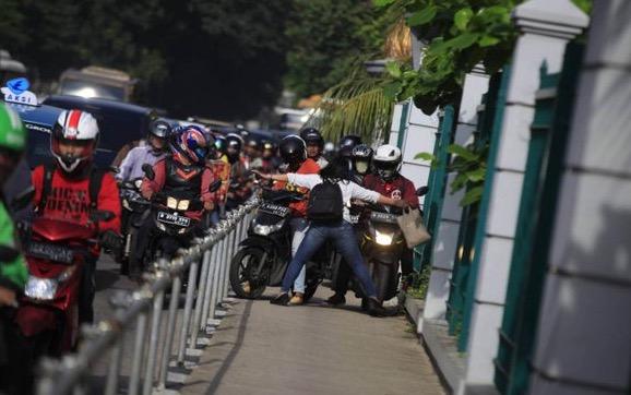 Beraninya Gadis Ini Sekolahkan Penunggang Motosikal