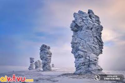 Hình ảnh cao nguyên vào mùa đông, tuyết phủ trắng xóa các cột đá.