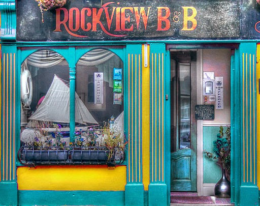 Il colorato ingresso di un B&B iralndese