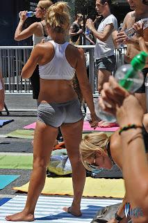 mujeres-licra-haciendo-yoga