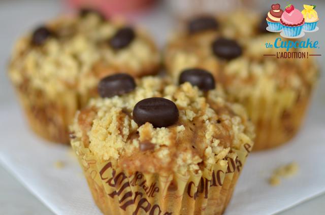 Des Muffins forts de café pour donner un bon coup de fouet à vos matins difficiles, moelleux à souhait et recouverts d'un streusel bien croustillant.