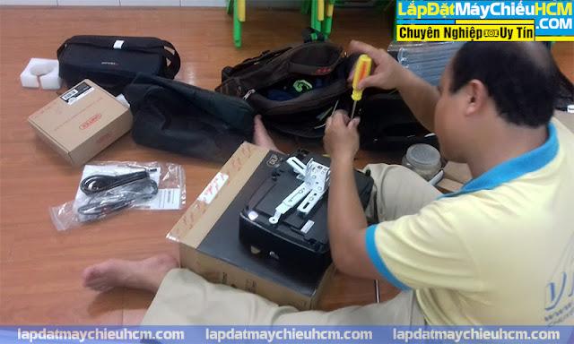 VNPC chuẩn bị lắp máy chiếu cho nhà trẻ