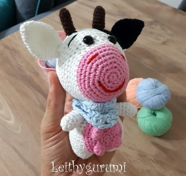 Вязаная игрушка крючком корова амигуруми