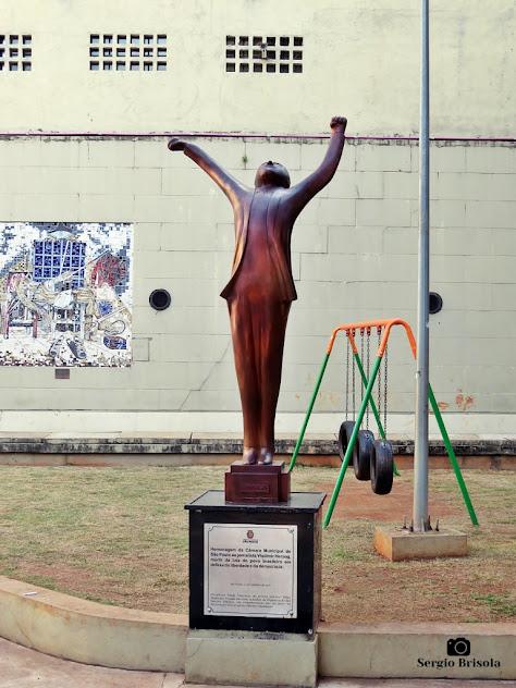 Vista ampla da Escultura Vlado Vitorioso - Bela Vista - São Paulo