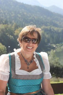 Annemarie von den Tiroler Hochzeitsrednern, freie Trauung, Pastell und Vintage Hochzeit in zarten Regenbogenfarben, Riessersee Hotel, Garmisch, Bayern, vintage lake-side wedding in pastel colours, Germany, Bavaria, wedding destination