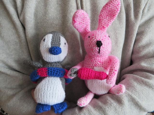 Szydełkowe zabawki – królik i pingwinek