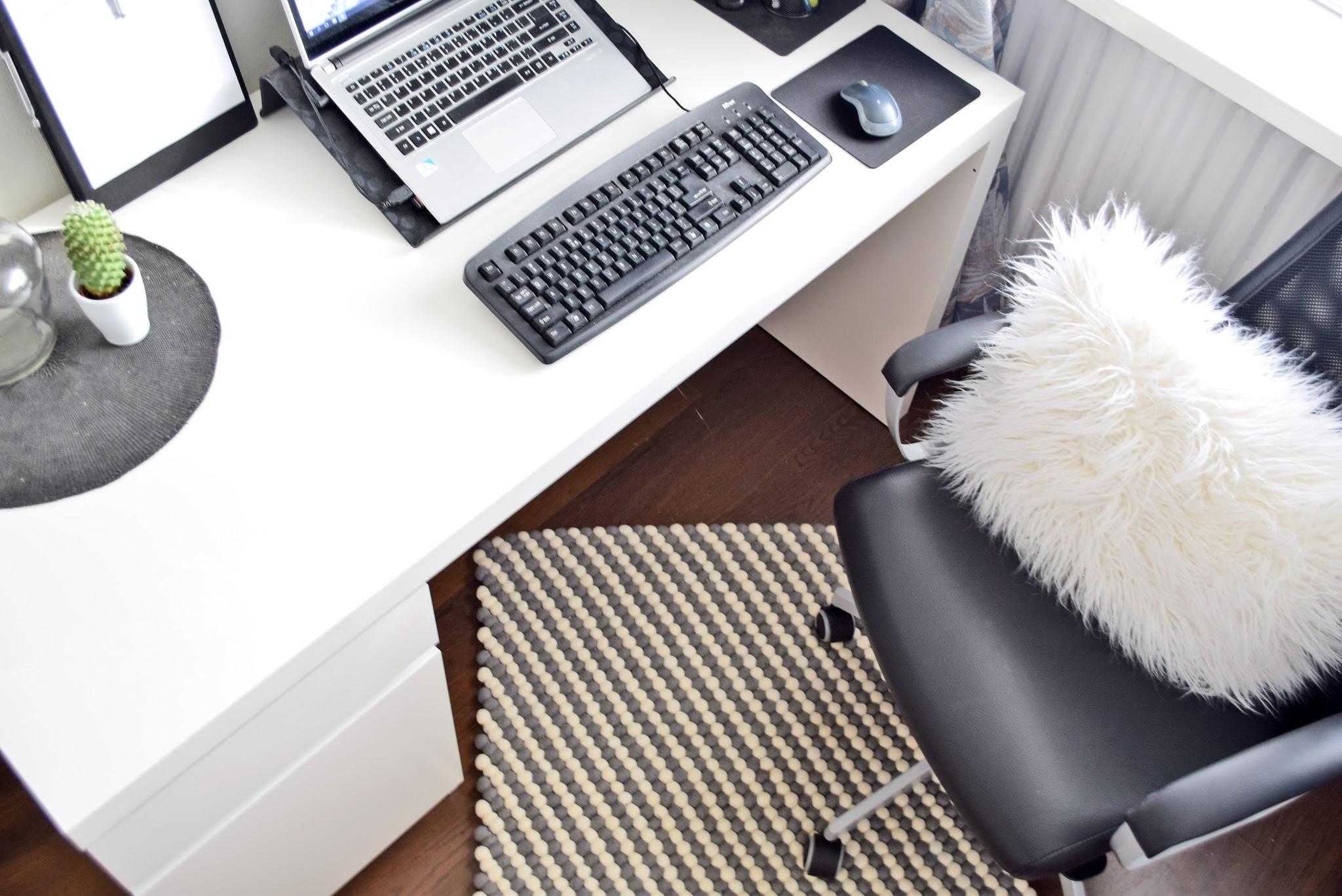 gdzie ustawić biurko w domu