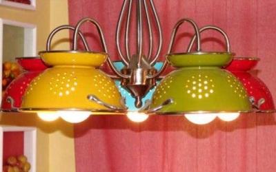 Gantung lampu hias dari sangku nasi ini di langit-langit dapur atau ruang makan.