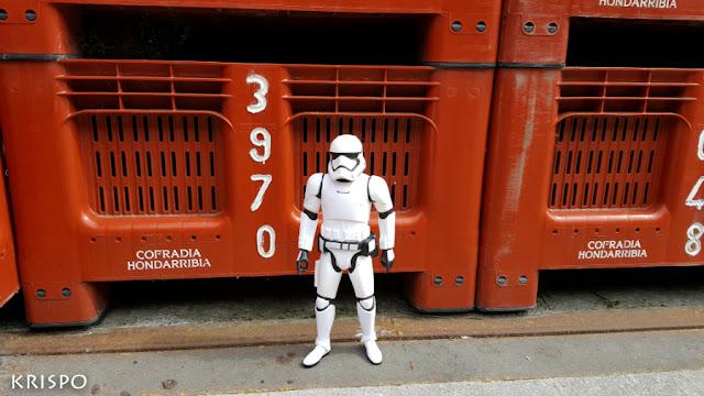 figura de clon de star wars junto a caja de pescado del puerto de hondarribia