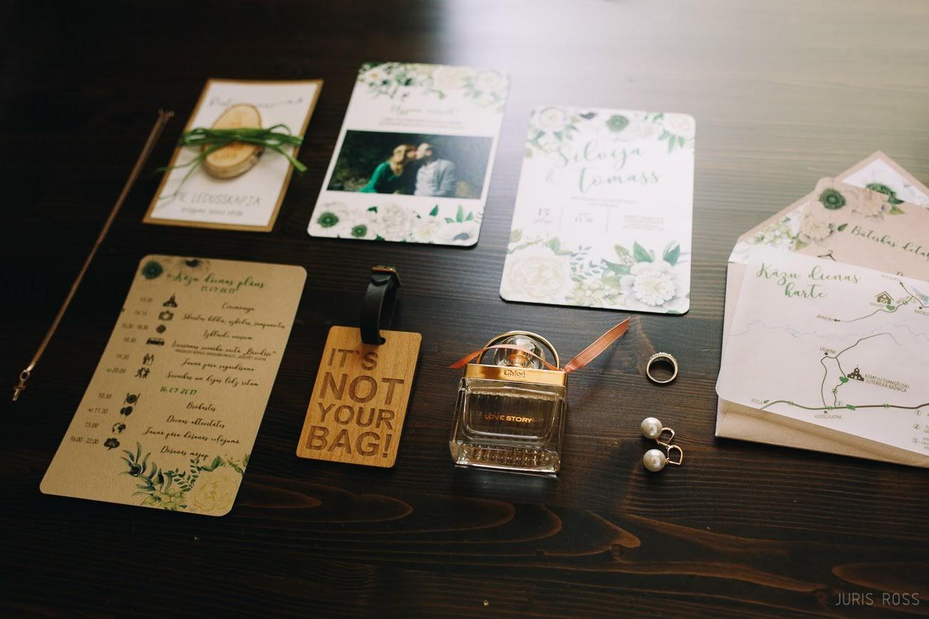 kāzu ielūgumi un detaļas