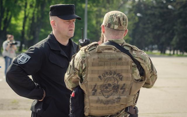 Paramilitar ucraniano con el símbolo de las SS nazis en la espalda