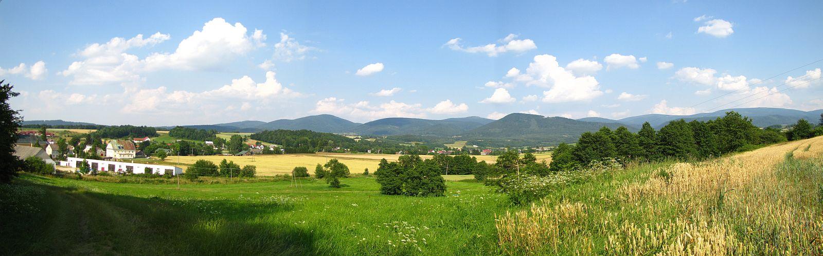 Panorama z Kotliny Kłodzkiej w kierunku Masywu Śnieżnika.