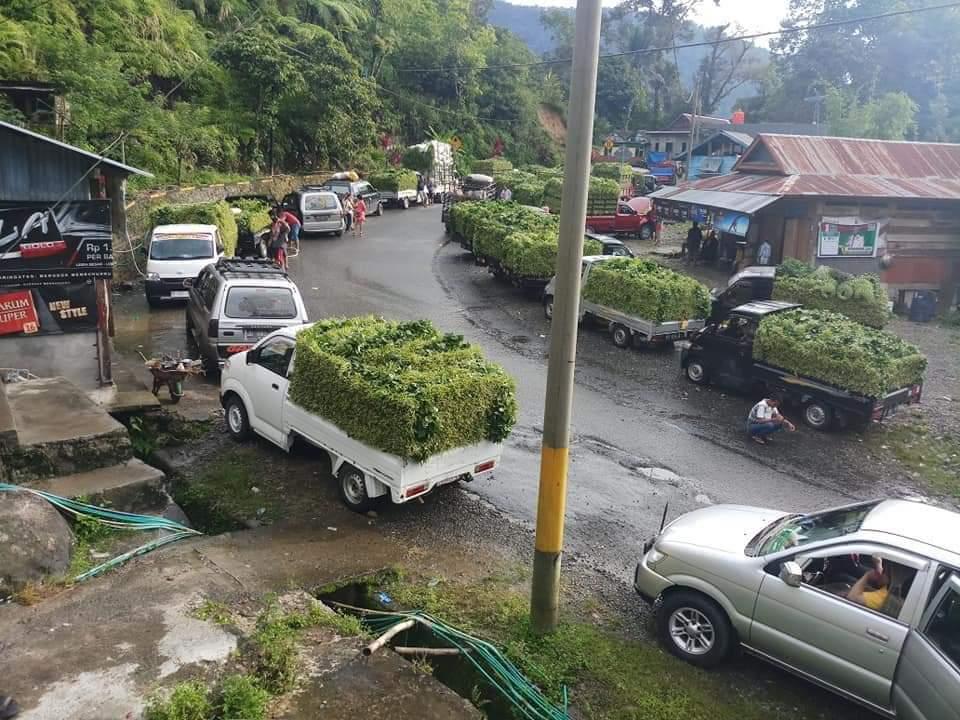 [FOTO] Jalan Poros Toraja-Palopo Longsor, Penjual Tambai Merugi