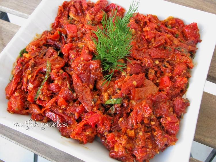 Cevizli kuru domates salatası