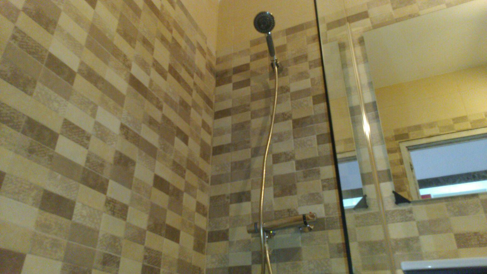 GTP Tarragona : Reforma de baño en tonos marrones